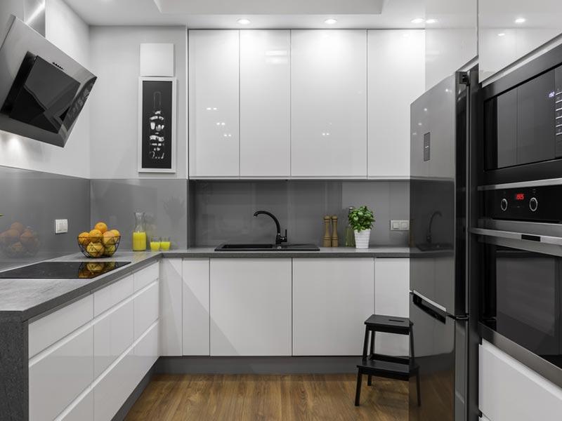 Du gris et du noir pour personnaliser une cuisine blanche