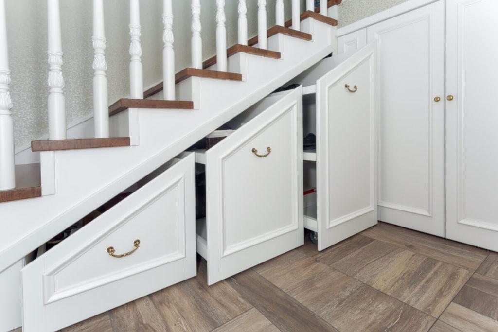 Placards et tiroirs pour ranger sous les escaliers